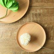 エッジが付いたフラットな形の優しい木製皿