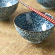 昔ながらの繊細な和柄の茶碗