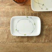 そっとさりげない草花模様の角皿です