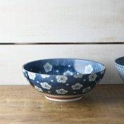 梅が散りばめられた上品な麺鉢