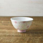 一面の桜に囲まれたデザインの茶碗