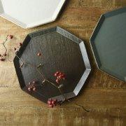 マット釉と渕の錆感が生みだす表情豊かな八角プレート