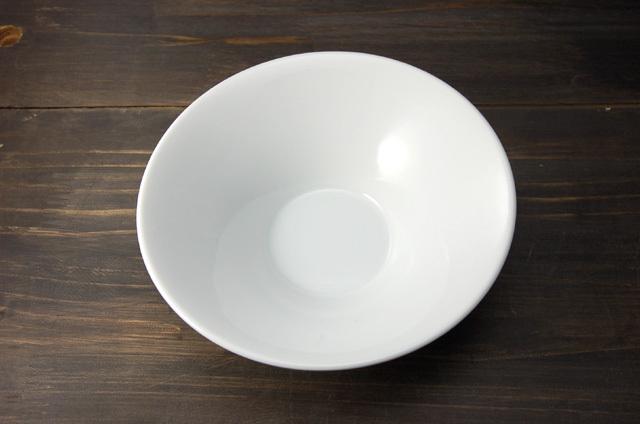 ソフトなデザインのリムが印象的なお皿です。 シンプル過ぎないデザインが程よく普段使いにもおすすめです。